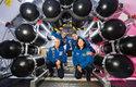Kosmonauti NASA pózují vedle složených částí modulu navrženého pro kolonizaci Měsíce