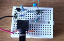 Experimentální provedení nejjednoduššího zesilovače (R4 složen ze dvou)