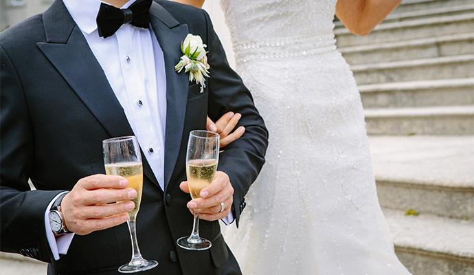 Set pohárov na šampanské (alebo pohárov na panáky) je zároveň peknou výbavou do domácnosti.