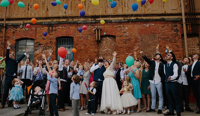 Ohňostroje, lampióny aj balóniky dodajú svadbe slávnostnejší nádych.