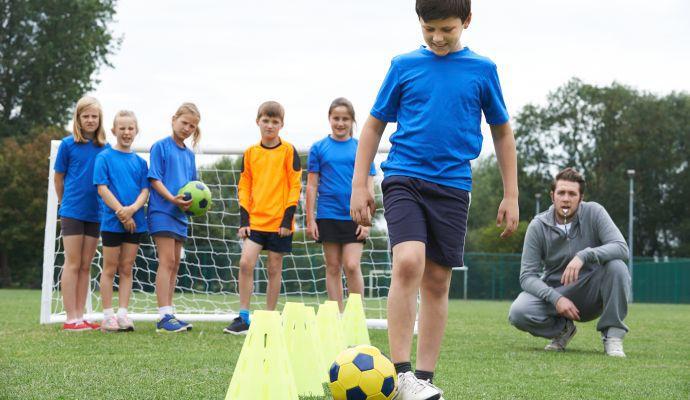 Ak budú mať deti telocvik na ihrisku, postačia im topánky, v ktorých bežne behajú po vonku.