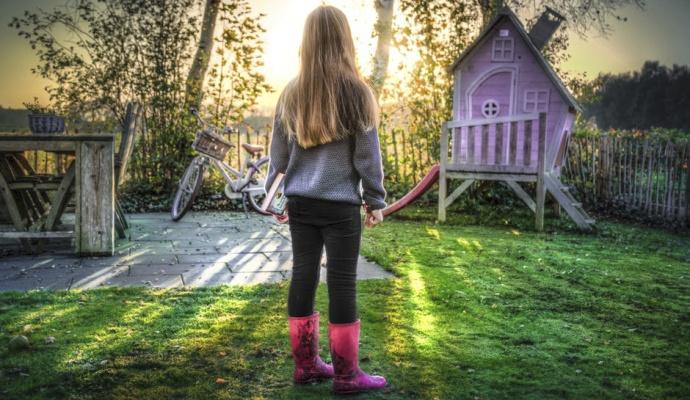 Keď sa na jeseň o trávnik postaráte, odmení sa vám aj na jar – rýchlejšie sa zazelená a bude odolnejší voči chorobám i škodcom.