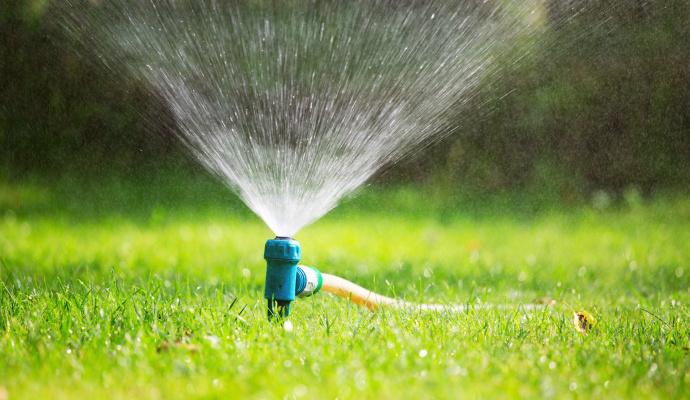 Pri zavlažovaní buďte opatrní, hlavne ak trávnik zalievate hadicou. Silný prúd by mohol osivo vyplaviť a tráva by potom nerástla rovnomerne. Ak máte na záhrade nainštalovaný zavlažovací systém, využite ho.