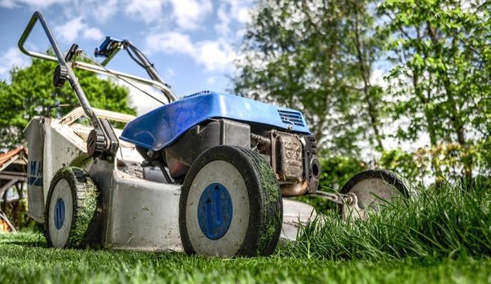 Základom správnej regenerácie trávnika je kosenie a vertikutácia. Vďaka nim sa do pôdy ľahšie dostanú živiny a trávnik sa lepšie obnoví.