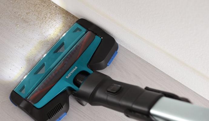 Tyčový vysávač Philips sa hodí na všetky typy podláh. Hubicu so zabudovaným LED osvetlením oceníte, keď napríklad v kuchyni rozsypete cukor alebo nanesiete do predsiene piesok z prechádzky. Vďaka osvetleniu uvidíte aj drobné zrniečka, ktoré by vám inak unikli.