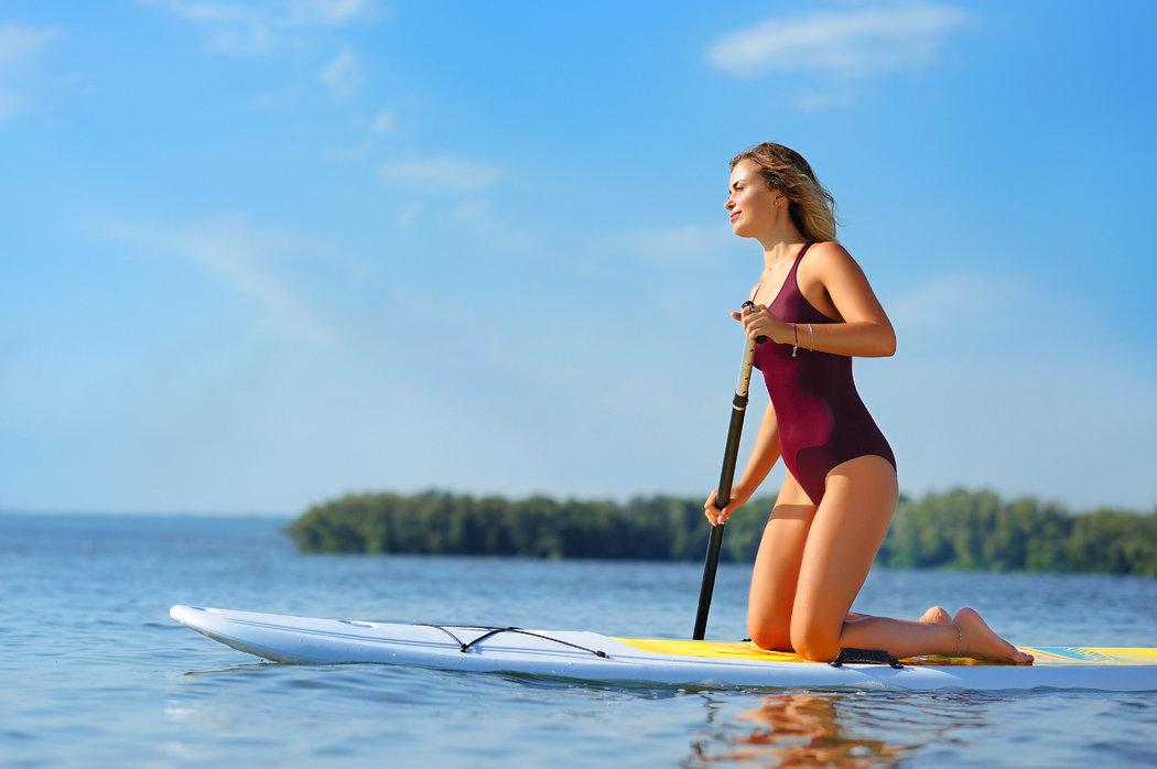 Začnite s pádlovaním na kolenách a na pokojnej vode.