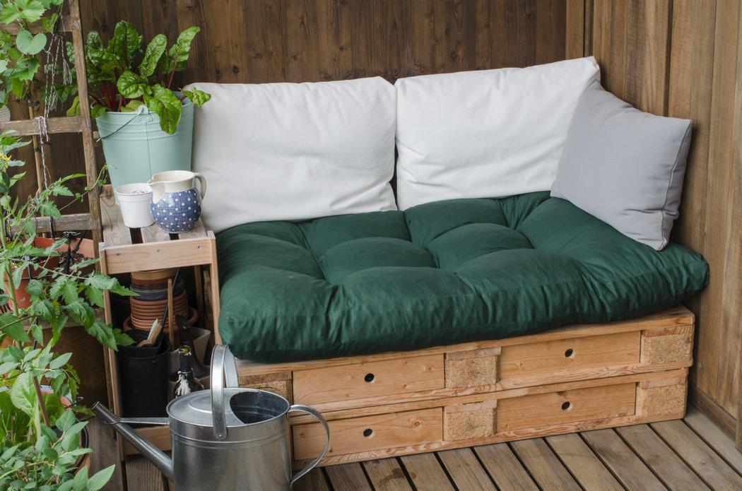 Štýlové posedenie vytvoríte aj z paliet. Na palety položte matrac či podsedák spolu s vankúšmi a relaxujte.
