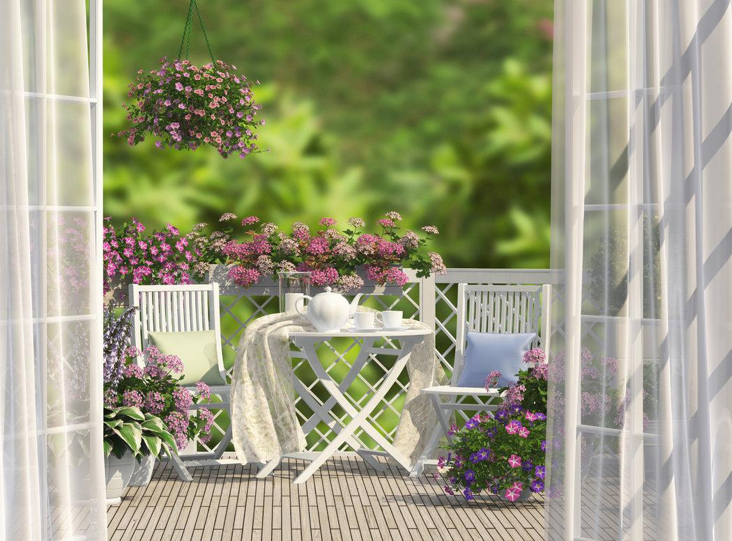 Ak potrebujete na balkóne šetriť každý centimenter vsaďte na skladací nábytok. Doplňte ho vankúšikmi s plédou a vaša relaxačná oáza je na svete.