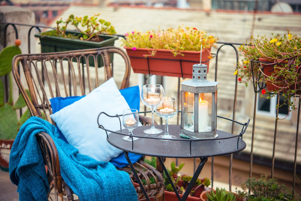 Na sviečky nepotrebujete nevyhnutne kupovať svietnik. Romantickú atmosféru vytvoria aj v pohároch na víno.