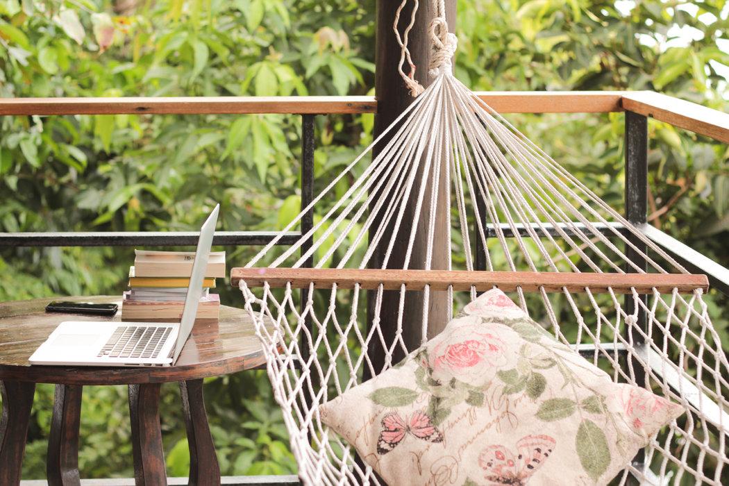 Relax v hojdacej sieti je na nezaplatenie. Balkón je pre ňu idáelnym miestom.