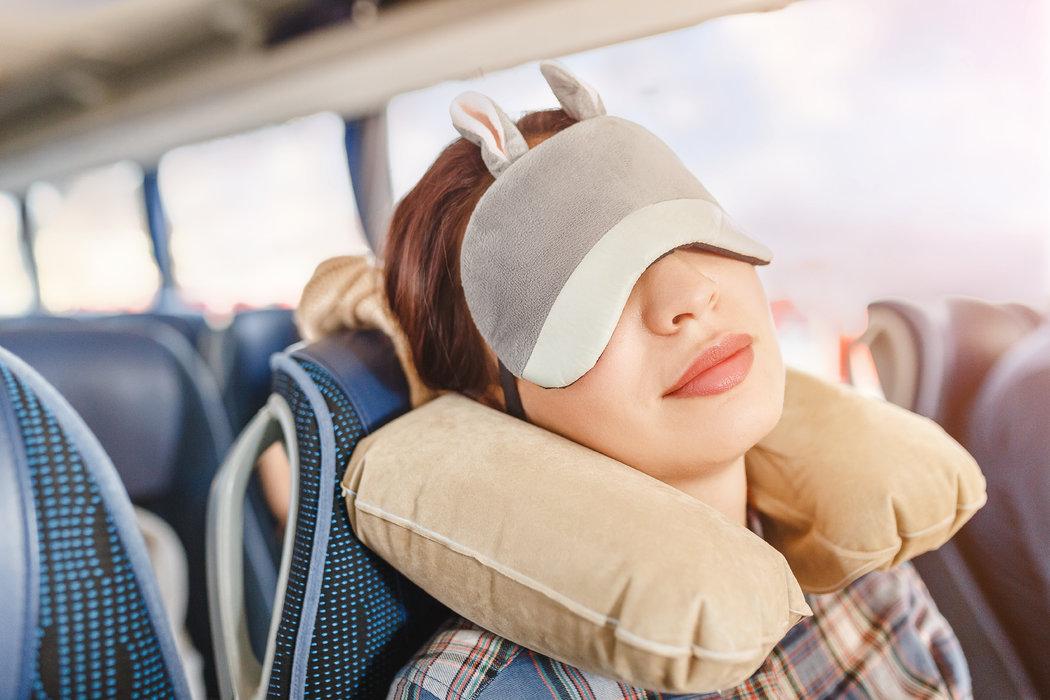 Vankúšik pod krk je povinnou položkou v kufri každého cestovateľa. A spolu s maskou na spanie môžete dlhú cestu premeniť na pohodlnú siestu.