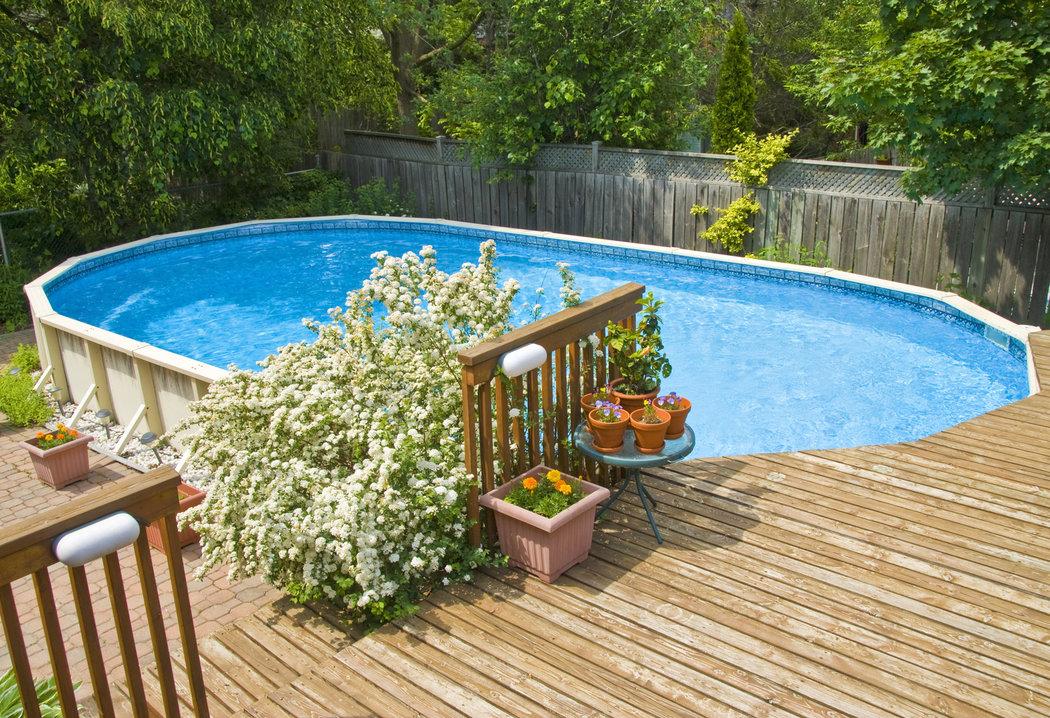 Čiastočne zapustené bazény potešia aj plavcov a jednoduchšie ich zladíte so štýlom vaše záhrady.