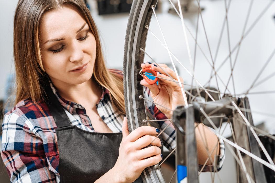 Pri kontrole bicykla nezabudnite skontrolovať aj výplet kolesa, či sú všetk drôty správne napnuté.