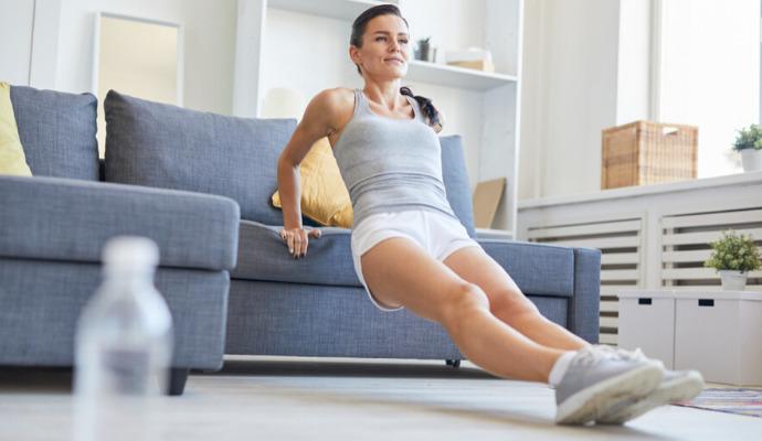 Len s pomocou gauča zvládnete veľa ďalších cvikov, trebárs kliky, sed a vztyk alebo sed ľahy.