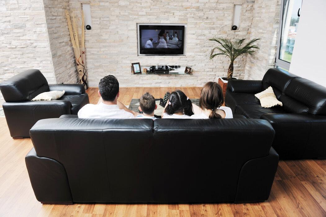 Sedačku aj kreslá umiestnite pred televízor tak, aby ste nemuseli otáčať krk.