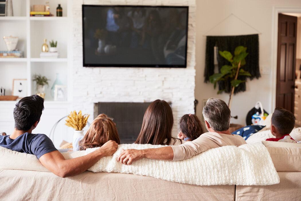Ak zvolíte zavesenie televízora na stenu, myslite aj na úložným priestor na príslušenstvo, ako je set-top box alebo herné konzoly.