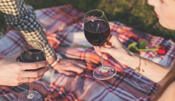 Červené víno otevřete hodinu před konzumací, aby se rozvinula jeho chuť. Za tuto dobu trochu zteplá, proto je ho dobré zchladit na teplotu cca 12 stupňů.