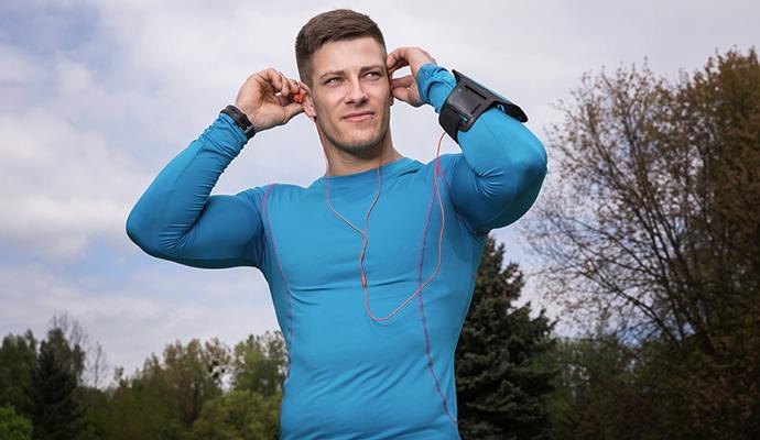 Pokud hledáte tričko na kolo nebo běh, dívejte se při výběru funkčního oblečení i po hmotnosti. Při desátém kilometru je každý gram dobrý.