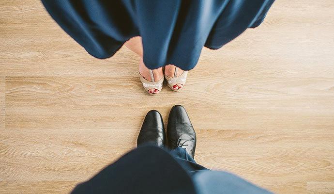 Na méně formální událost můžete obléct i šaty pod kolena a boty s otevřenou špičkou.