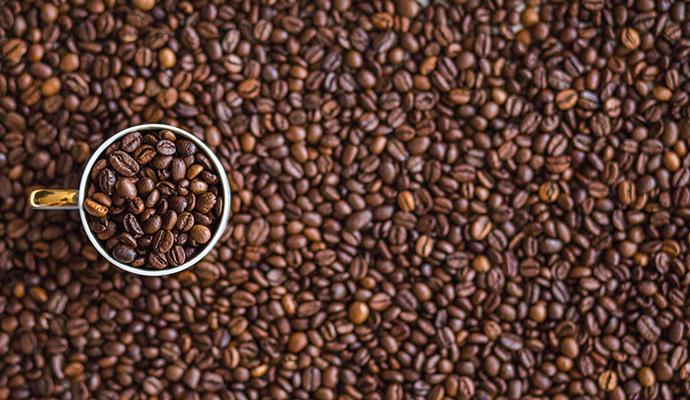 Černá a mastná. Takto by zrnka kávy vypadat neměla. Kvalitně upražená zrnka kávy mají světle až středně hnědou barvu a na dotek jsou suchá.