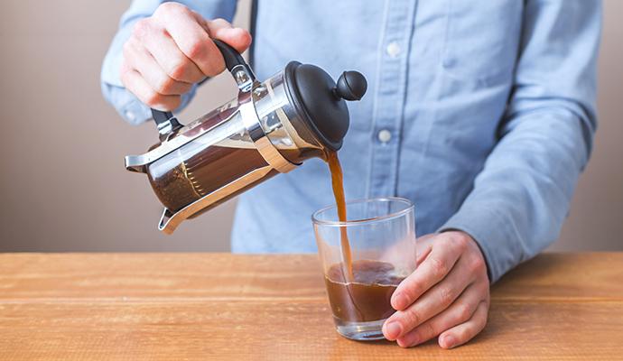 Filtrované kávy vypijete víc a do těla dostanete více kofeinu. Ke každému šálku kávy proto vypijte stejné množství vody.
