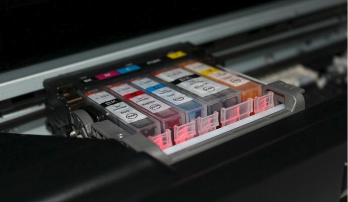 Moderní tiskárny používají pro každou barvu oddělenou náplň.