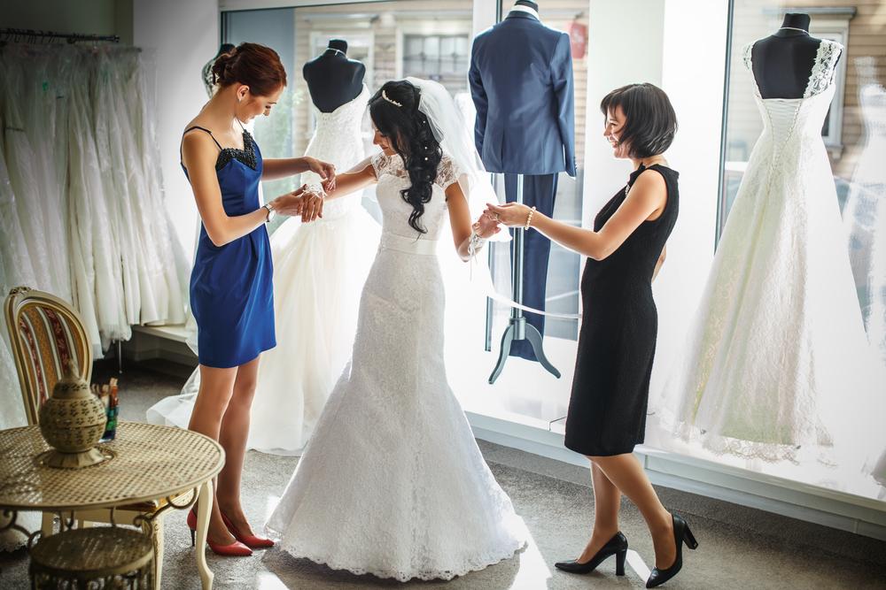 Půjčit, koupit, nechat šít na míru – nevěsty mají mnoho možností.