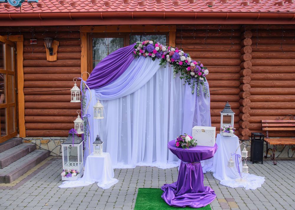 Svatby mimo obřadní síně a kostely jsou teď nejpopulárnější. Jak si oddací místo zařídíte vy?