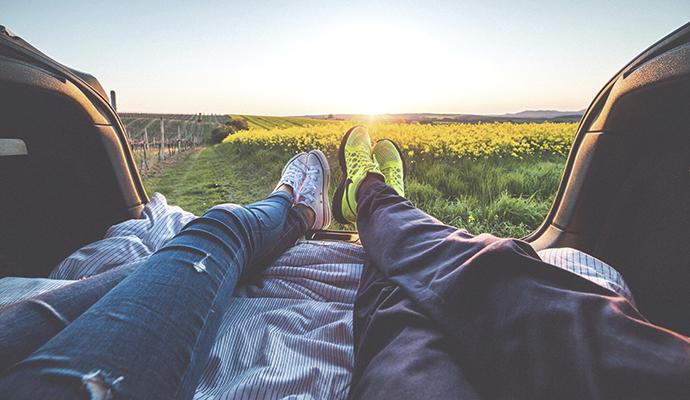 Výhodou spaní v autě jsou bezesporu krásné západy slunce – třeba na vinici. To v hotelu nezažijete.