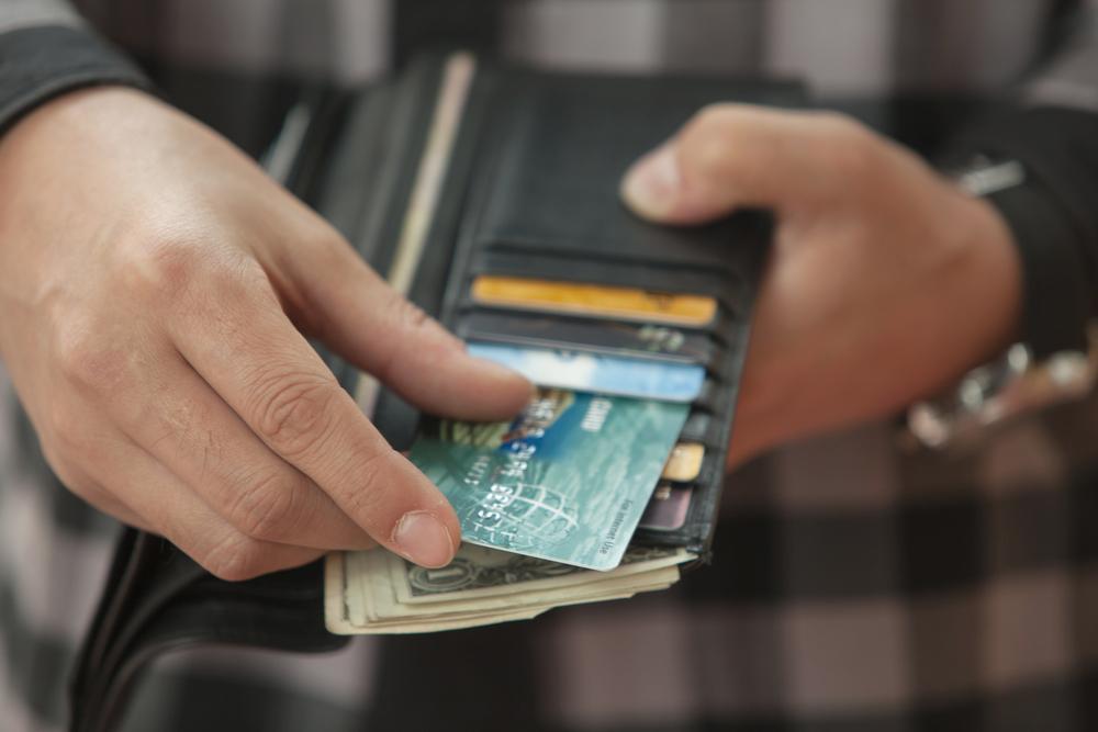 Pojištění platební karty by měla být samozřejmost i doma. Během cestování je to ale obzvlášť důležité.