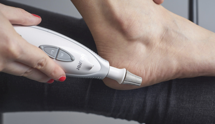 Odstraňování zrohovatělé kůže trvá delší dobu než pemzou. Zato ale déle vydrží.