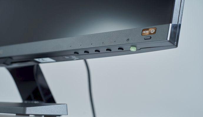 Protože je HDR tlačítko nejvýraznější, snadno si ho spletete s tlačítkem pro zapnutí monitoru.