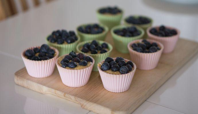 Pokud chcete muffiny ozvláštnit, můžete na ně položit i jiné ovoce než banán, pěkně na ně sednou třeba borůvky.