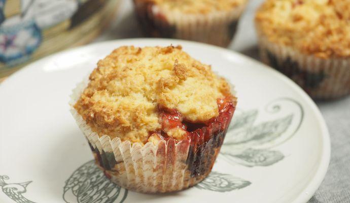 Pokud chcete muffiny ozvláštnit, posypejte je před pečením drobenkou.