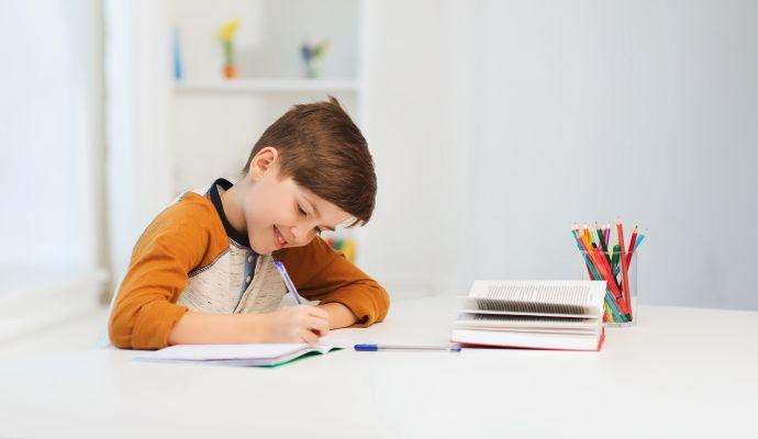 Plnící pera už se dnes na většině škol nevyžadují, proto vašim dětem postačí propisky. Menším školákům, kteří se teprve učí psát, ale pero raději pořiďte.