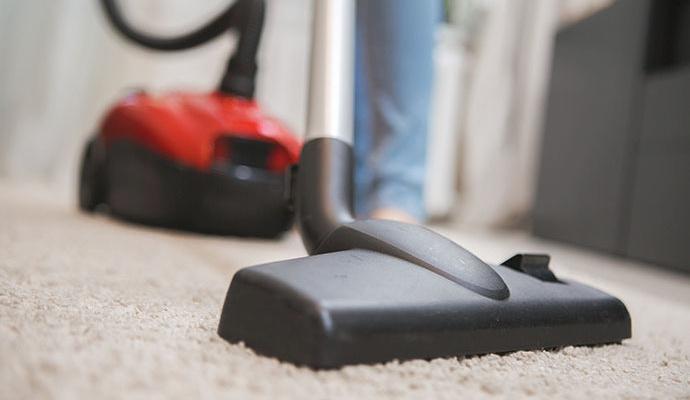 Zvlášť pokud máte doma malé děti, myslete na pravidelné čištění filtru. Zachytává totiž prach, který se jinak vrací zpátky do místnosti a může způsobit alergické reakce.