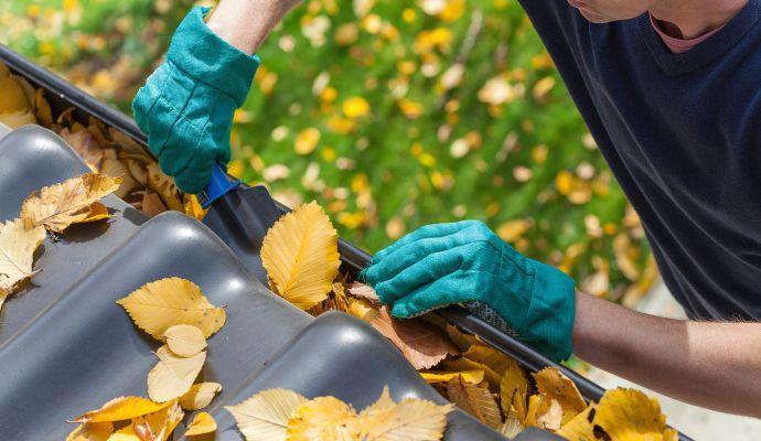 Při čištění používejte pevné a odolné pracovní rukavice.