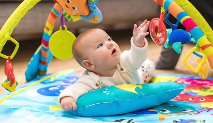 Myslete o Vánocích i na ty nejmenší a jejich rodiče. Kromě hraček se jim může hodit i praktická deka na hraní.