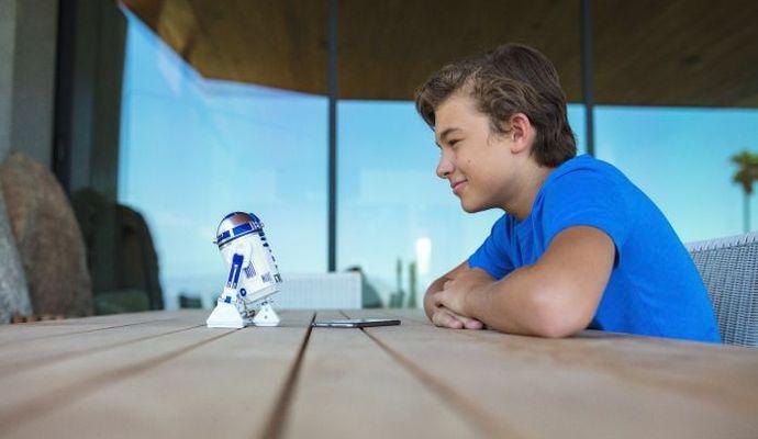 Droid se chová přesně jako ve filmu. Má v sobě nainstalovaný reproduktor, takže se mohou děti těšit na jeho charakteristické pípání a bzučení.