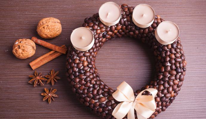 Zrnko vedle zrnka – vytvoření kávového věnce chce trpělivost.