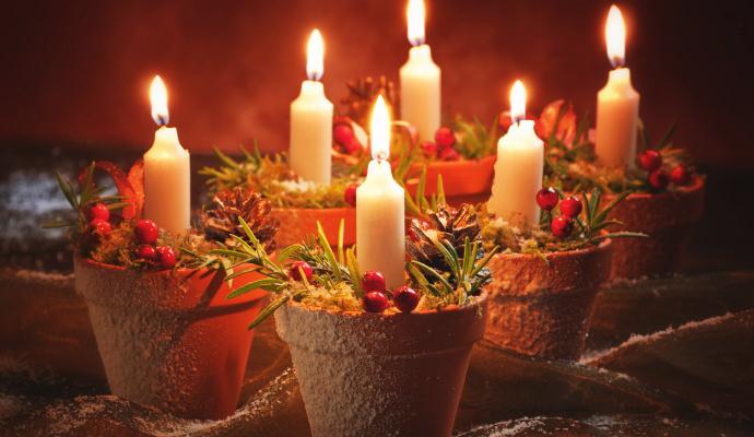 Nemáte-li po ruce formu na bábovku, klidně použijte starší květináče, které jinak nemají využití. V průběhu roku si takových svícnů nadělejte klidně víc, o adventu ale stačí jen čtyři!