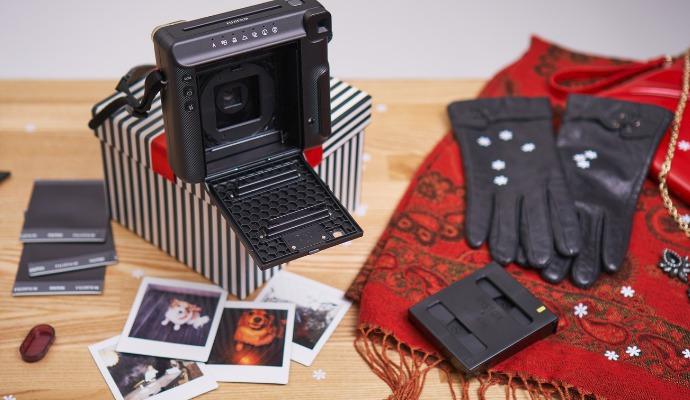 Zachyťte jedinečné momenty na instax fotky, kterými uděláte radost sobě i dalším. Využijte je třeba k výrobě originálních ozdob na stromeček, vytvořte z nich jmenovky na dárky anebo je pošlete jako vánoční přání.