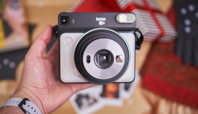 Instax SQ6 je lehký, ale při držení vám bude malinko zavazet objektiv. Na focení selfie má pak praktické minizrcátko, které funguje naprosto skvěle.