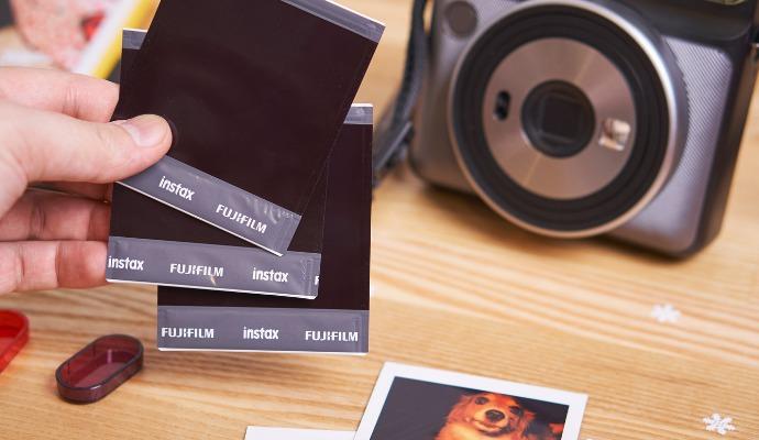 Čtvercové snímky pro Instax Square SQ6 jsou 1,3krát větší než obdélníkové fotografie pro Instax mini.