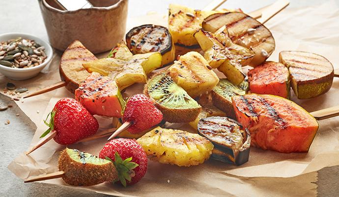 Místo karamelu můžete použít čokoládu nebo zakysanou smetanu. Obojí s rozpečeným ovocem chutná skvěle.