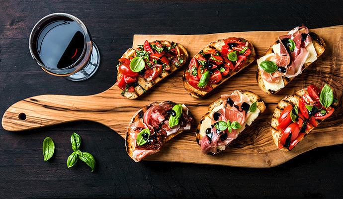Fantazii se meze nekladou, proto na chlebíčky můžete přidat i italskou sušenou šunku nebo salám.