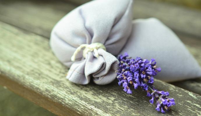 Do každé skříně nebo krabice se sezónním oblečením dejte látkový pytlíček s levandulí. Krásně vám šaty provoní a ochrání je před moly.
