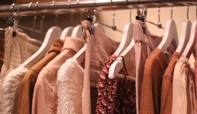 """Ne všechno oblečení můžete nechat půl roku pověšené na ramínku, např. bavlněné nebo vlněné šaty a svetříky. Pozor také na """"secvakávací"""" věšáky na kalhoty a sukně. Na citlivějších materiálech zanechávají nehezké stopy."""
