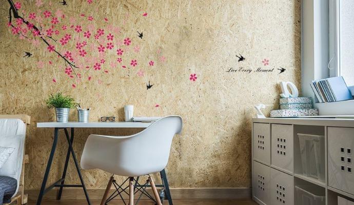 Vybírejte samolepky s veselými nebo květinovým vzory, které pokoj rozjasní. I tuhle samolepku na stěnu najdete na MALL.cz.