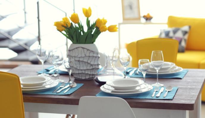 I s málem vykouzlíte jarní stůl, za který by se nemuseli stydět ani designéři. Stačí žluté tulipány a tyrkysové prostírání.